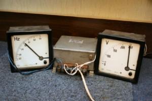 Analogowy zestaw do pomiaru częstotliwości i napięcia sieciowego.