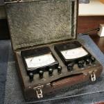 Walizka pomiarowa woltomierz i amperomierz oba z wewnetrznymi posobnikami i bocznikami. rok produkcji 1962.