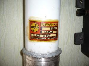Bezpiecznik mocy wysokiego napięcia 24kV/30A. Wyprodukowany w 1975.