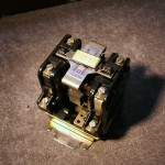 Stycznik dużej mocy, zestyki wyposażone w gasiki do ujarzmiania łuku elektrycznego powstającego przy wyłączaniu.