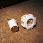 Porcelanowa nakładka bezpiecznikowa wraz z bezpiecznikiem topikowym dużej mocy.